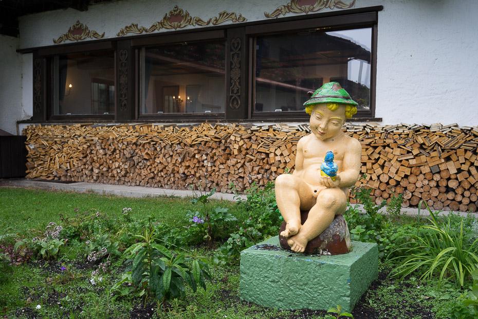 Jugendfrei gemachte Jungenfigur auf der Schliersbach-Alm