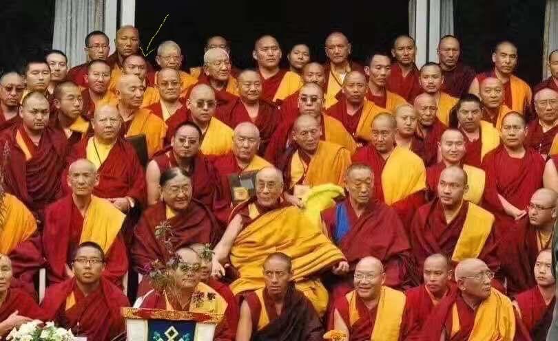 Rassemblement des représentants de toutes les écoles Bouddhistes en 2009 avec H.H.Dalaï-Lama, Karmapa, Sakya Trizin, Menri Trizin, Gaden Tripa...etc. Geshe Lhundup est au 2eme rang en haut à gauche.