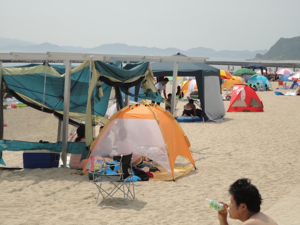 砂浜にテント