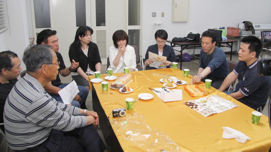 淡路島ビジョン委員会おもっしょい淡路島メンバーひろめ隊による試食風景