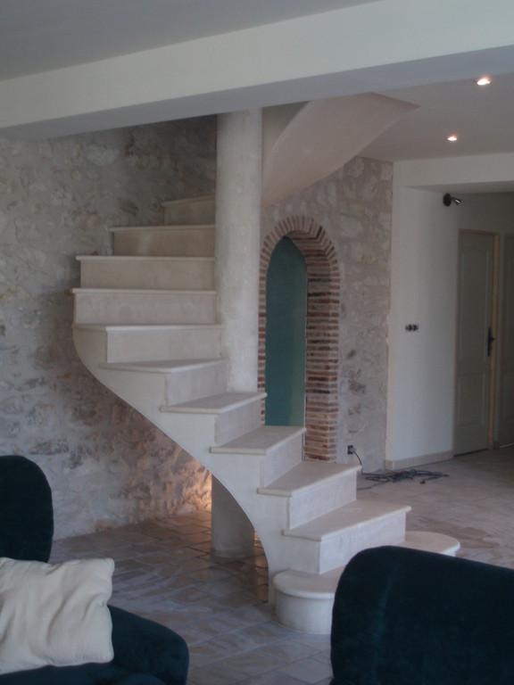 Escalier hélicoïdal en pierre combe brune maison en rénovation