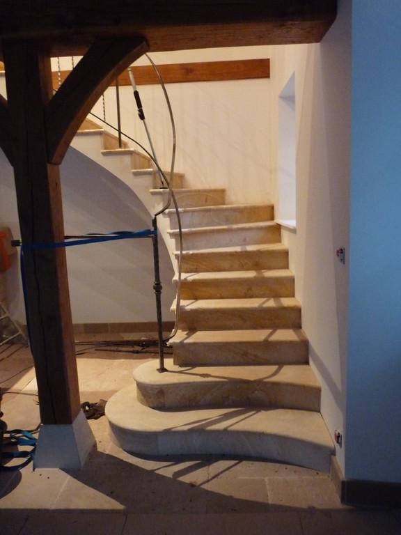 Escalier 1 quart tournant en pierre de La Celle rampe en prépa. maison rénovation