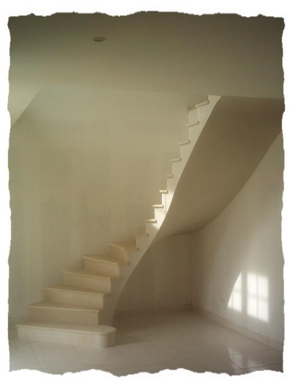 Escalier en pierre combe brune départ déporté maison neuve
