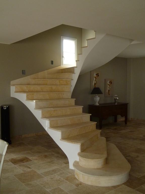 Escalier en pierre de La Celle plinthe rampante maison neuve