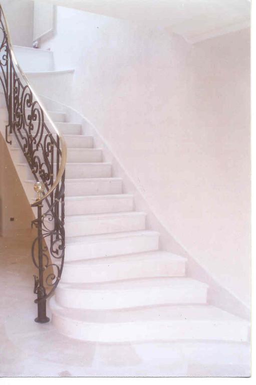 Escalier en combe brune avec sol en pierre de Vilhonneur