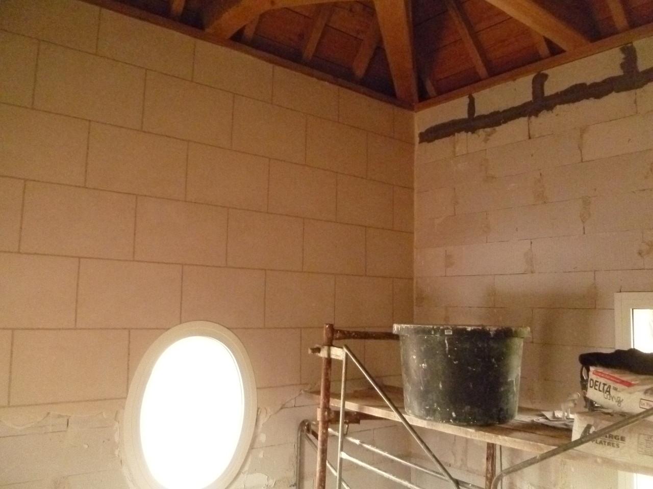 Plâtre enduit et dessin des joints sur le premier mur