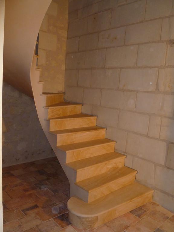 Escalier en pierre de La Celle aspect bois très veinée sur mur pierre blanche