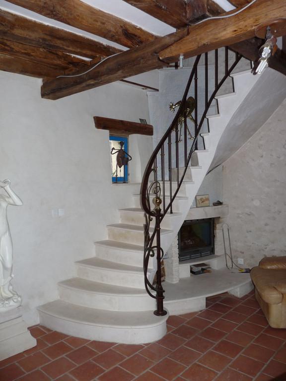 Escalier avec incorporation d'une cheminée dans même pierre