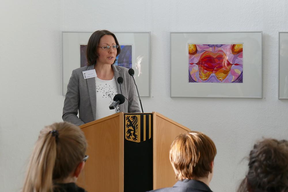 Susanne Seifert vom *sowieso* KULTUR BERATUNG BILDUNG stellt die Moderierenden vor.