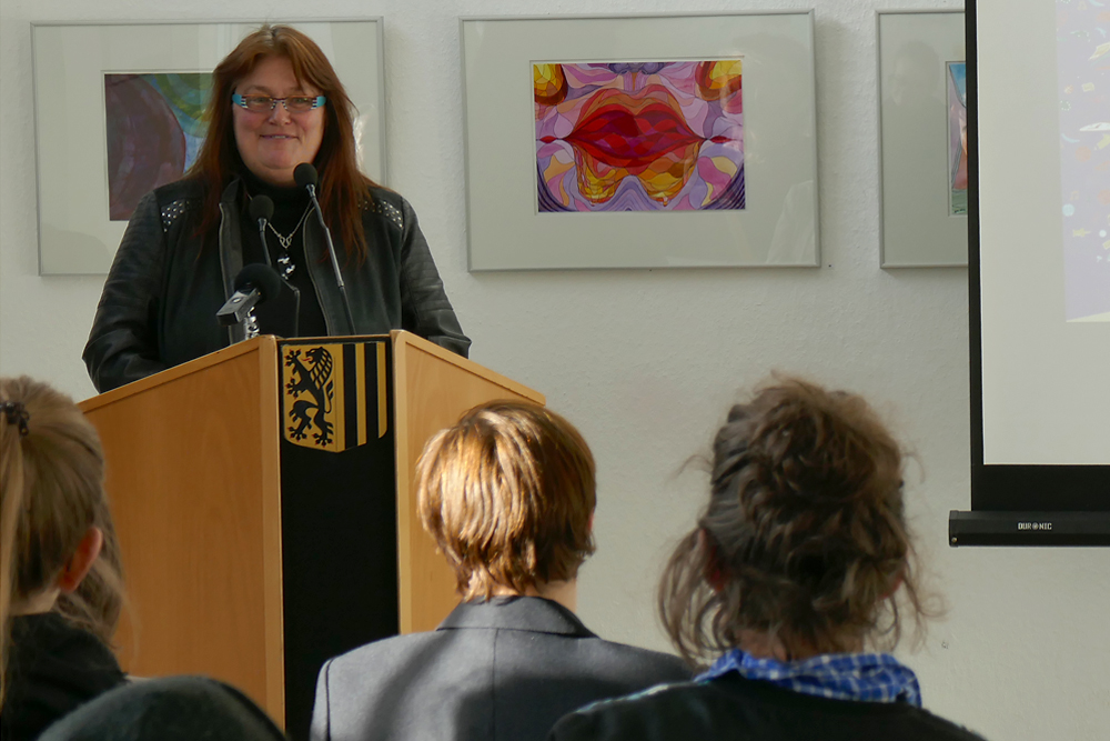 Auch Susanne Köhler vom Landesfrauenrat Sachsen e. V. begrüßt die Teilnehmenden.