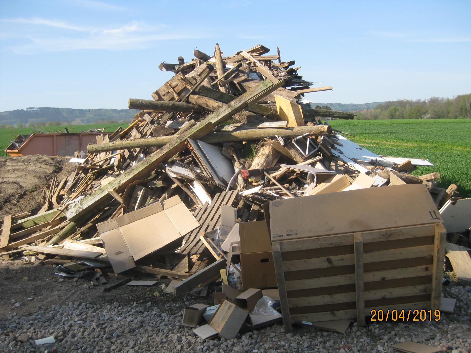 Foto/NABU Herford: Dieser private Müllhaufen (u.a. beschichtete Küchenfronten, geteerte Balken und Unrat) wurde 2019 in Kirchlengern als Osterfeuer genehmigt und abgebrannt.