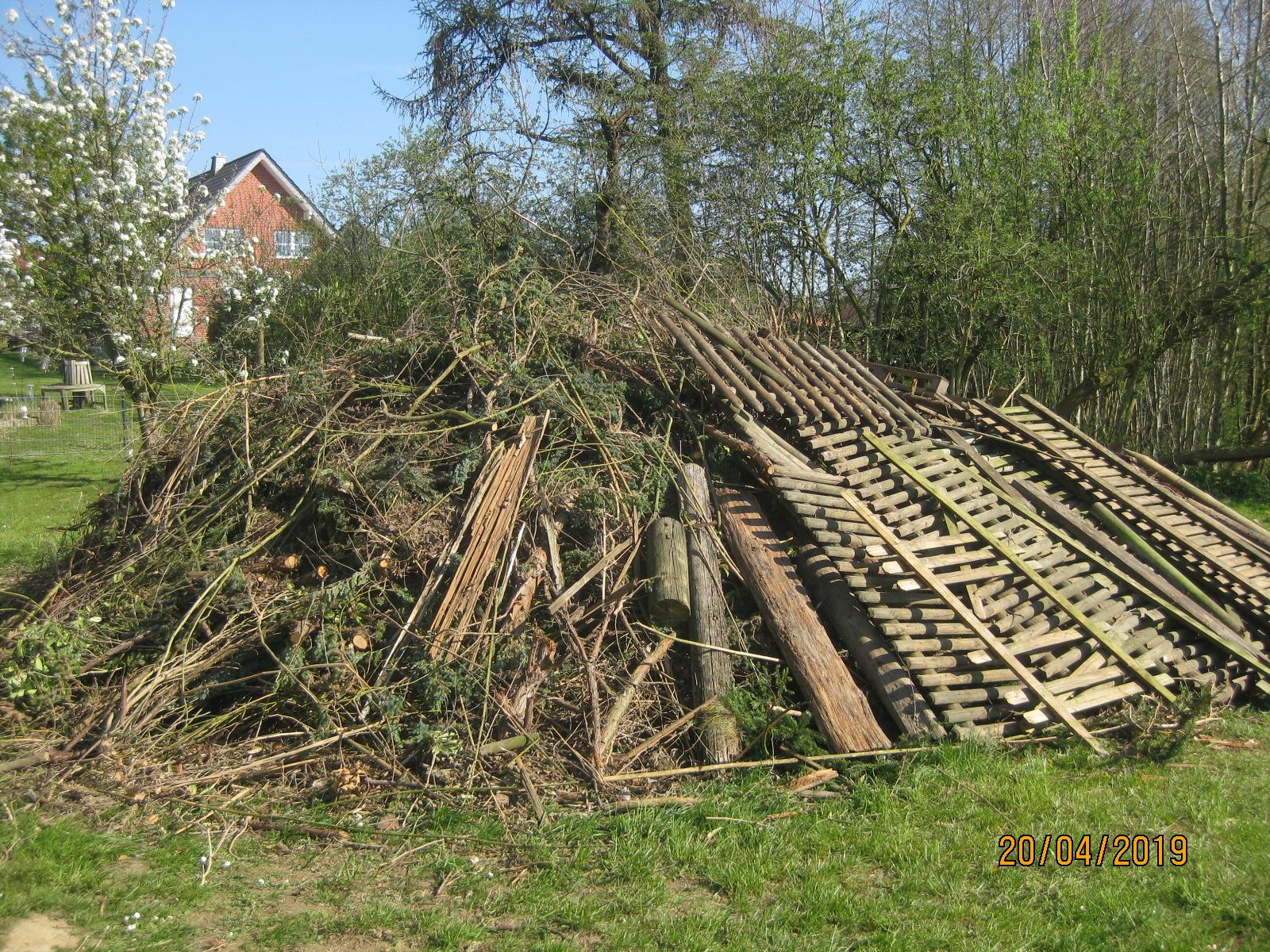 Foto/NABU Herford: Auch imprägnierte Zäune wurden 2019 im Feuer entsorgt. Beispiel aus Kirchlengern.