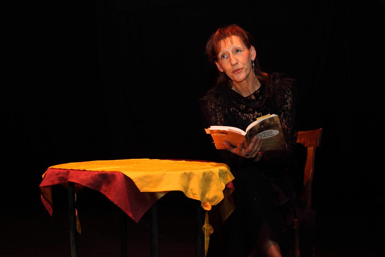 """Isabelle David-Igel lisant des extraits du """"Silence a le poids des larmes"""""""