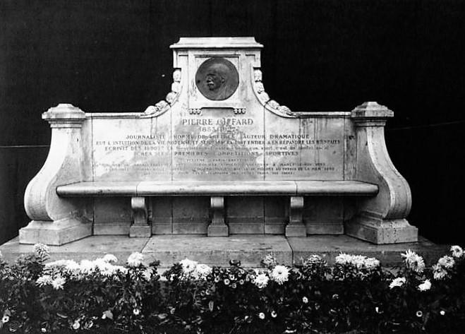 Monument tel qu'il était à l'origine. Le médaillon a aujourd'hui disparu