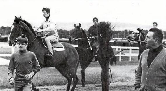 A droite, André Adèle sur le champ de courses d'Achères