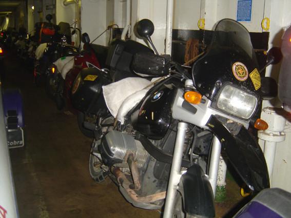 ... todas as motos são literalmente amarradas à parede do navio