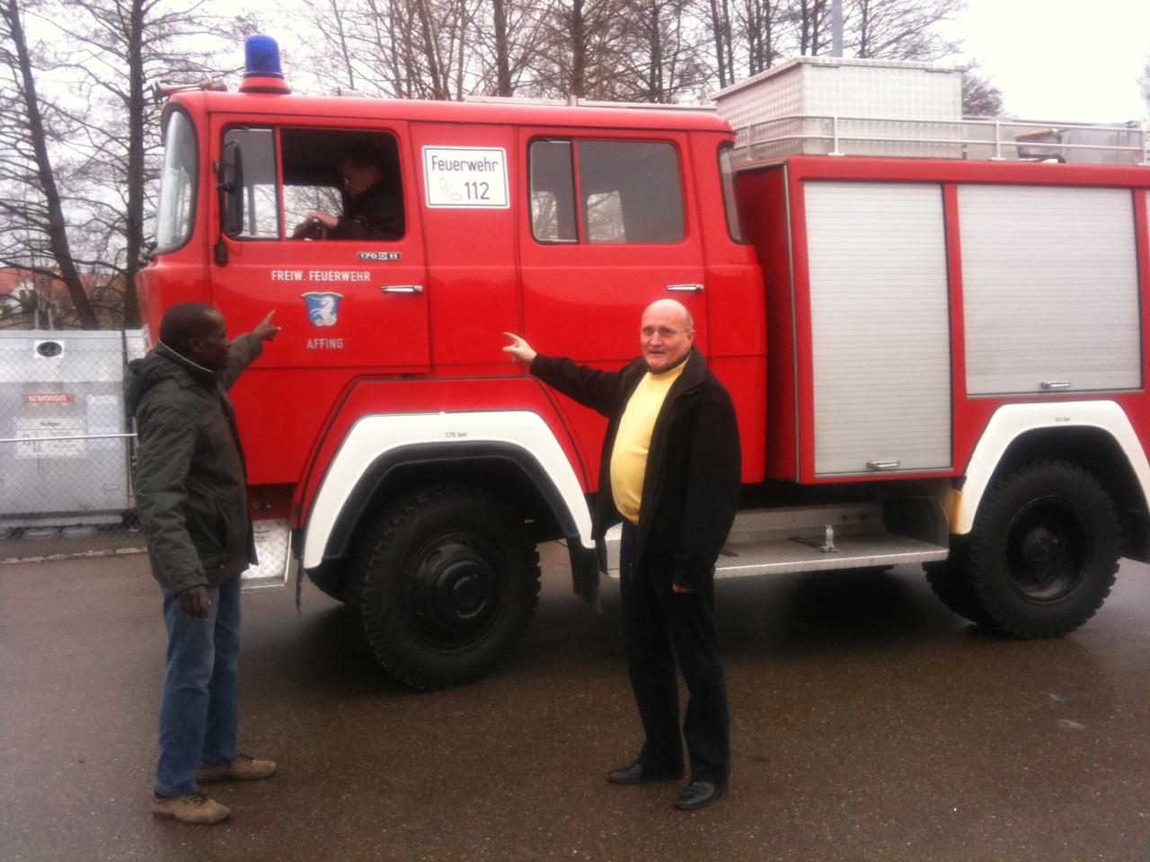 Und das Affinger Feuerwehrauto rollt seiner neuen Bestimmung entgegen.