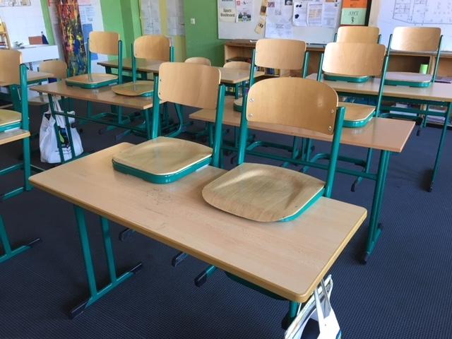 Gut erhaltene Schulmöbel der Mittelschule Gersthofen