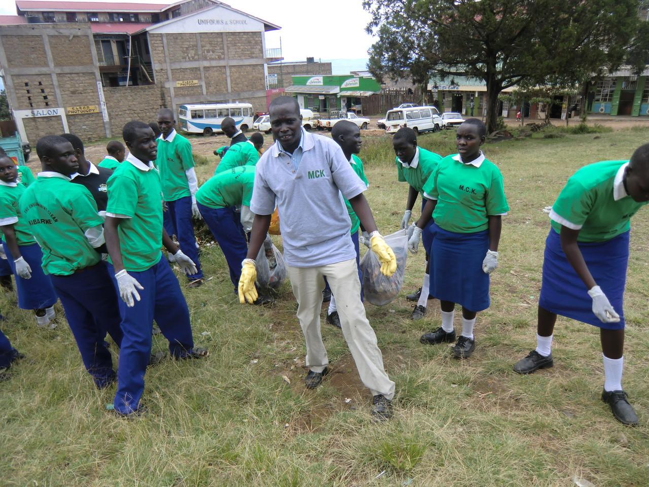 Mr- Kandie, einer der Initiatoren von ProKapsogo hilft natürlich mit.