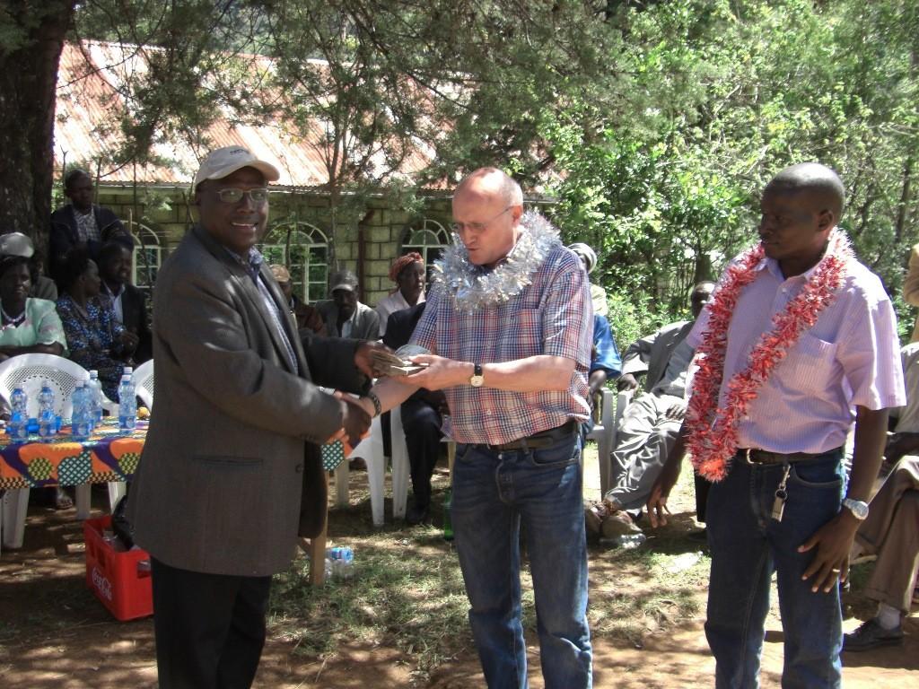 Spendenübergabe an den Direktor der Riwo Schule