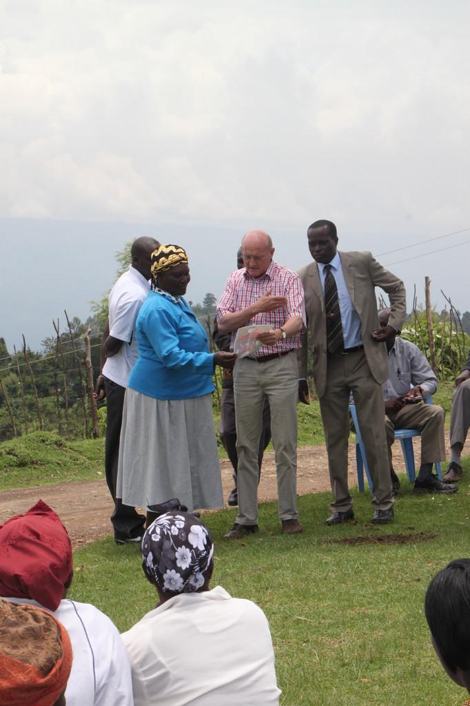Übergabe von Geldspenden, die für nachhaltige Entwicklung genutzt werden.