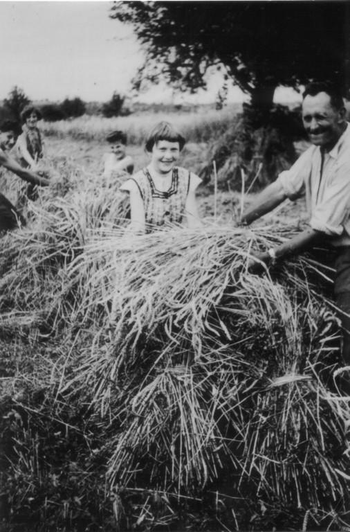 """""""Puppi-Aufstellen"""", Karl Gutzwiller-Hägeli mit Tochter Franziska"""