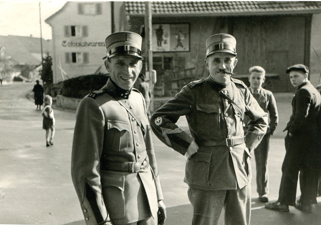 Offiziere vor dem Restaurant zum Schützen, 1944