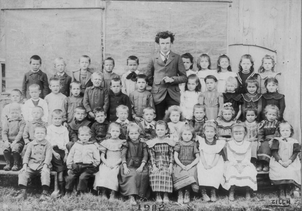 Schulklasse mit Leher Oskar Brodmann (Rufname Piccard), 1902