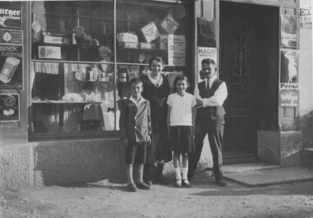 Die Familie Kellenberger vor ihrem Colonialwarenladen an der Bahnhofstrasse, um 1940