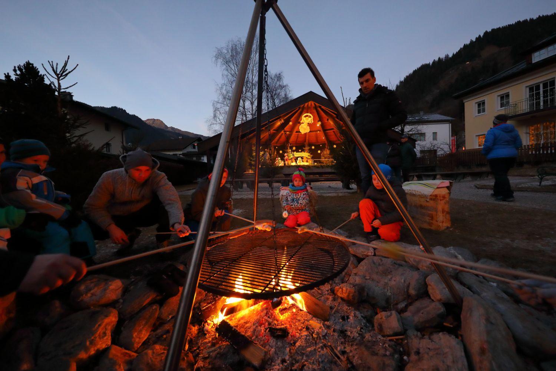 Würstl Grillen am Lagerfeuer beim Kinderadvent