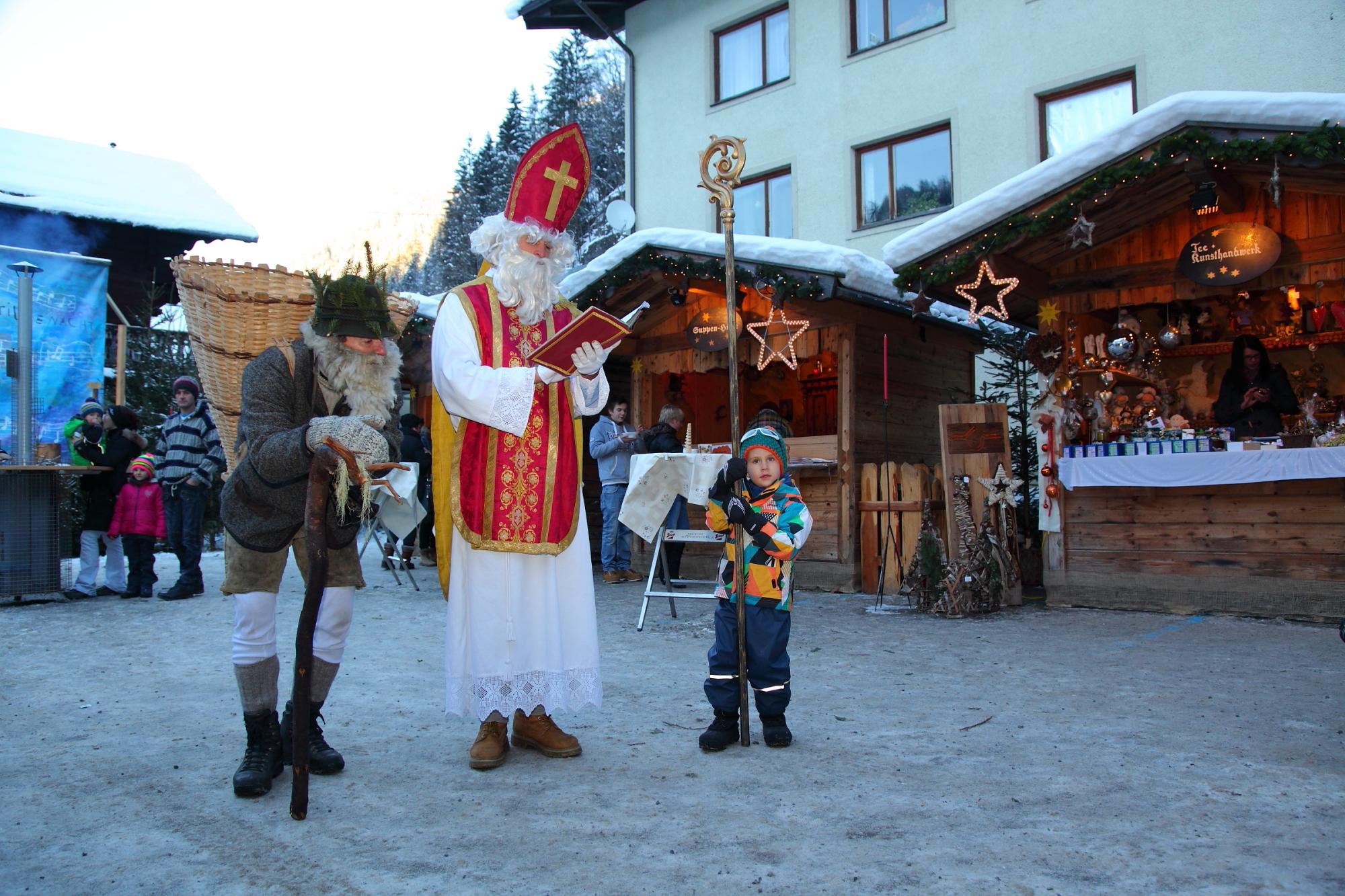 Nikolaus und Krampus zu Besuch am Adventmarkt in Großarl
