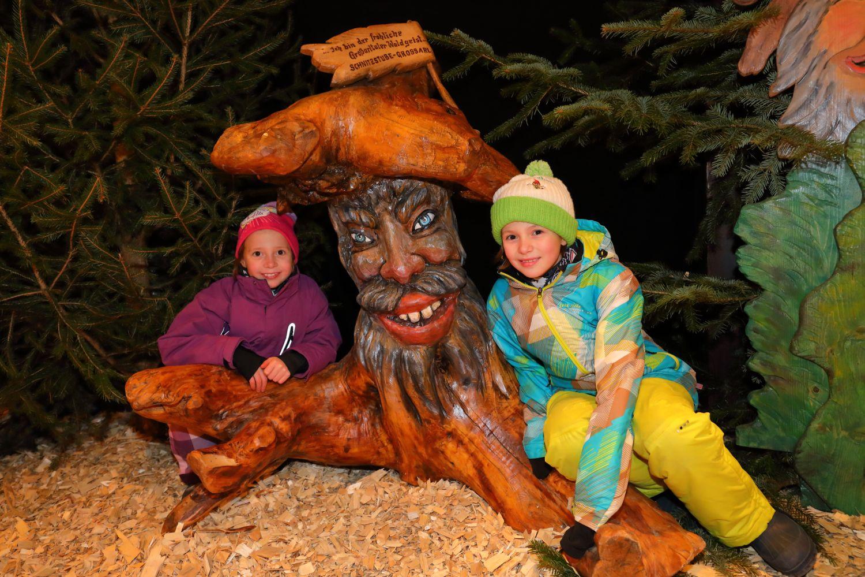 Grossarler Weihnachtswald mit geschnitzten Figuren