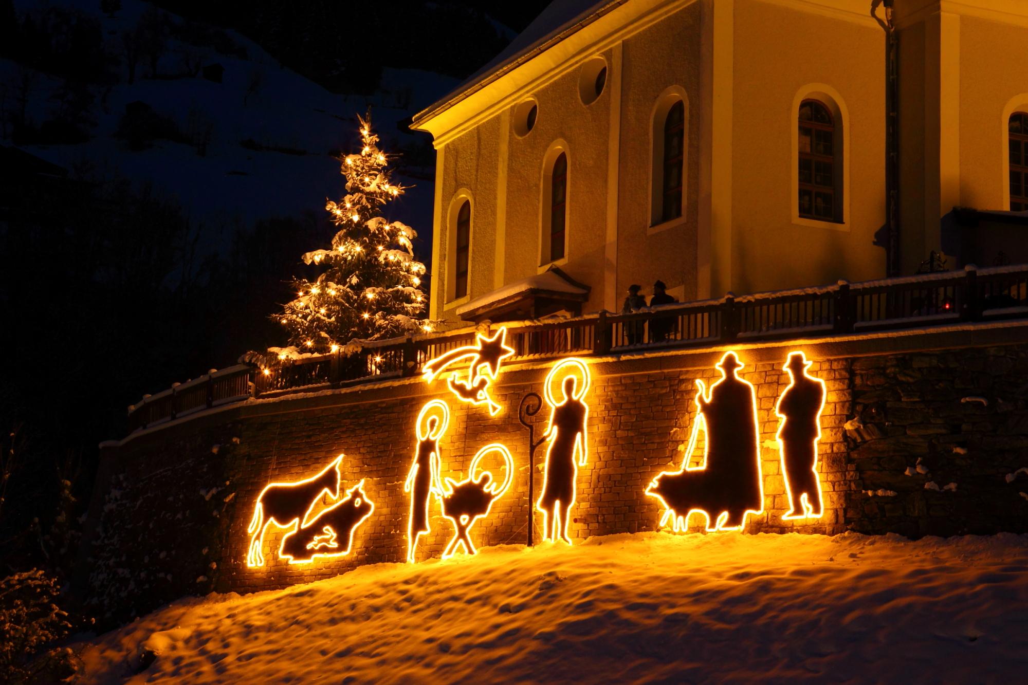 Beleuchtete Krippe bei der Pfarrkirche in Großarl