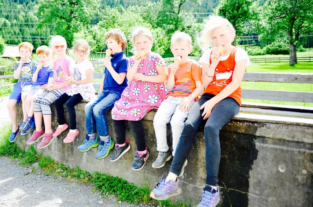 Den Kindern schmeckt Lissis kuhles Bauerneis - eine schmackhafte Auswahl an Eissorten.