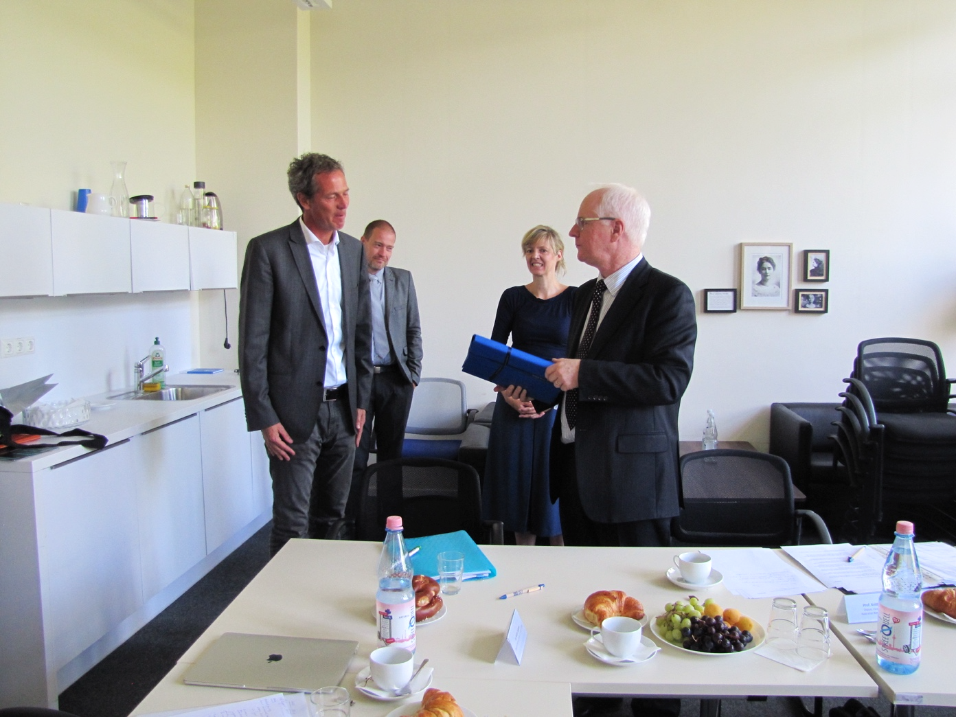 Prof. Dr. Kai Matuschewski presents a gift to Prof. Dr. Nugent, a graphic novel about Alexander von Humboldt.