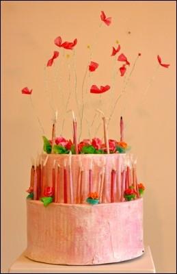 La Torta, ca 30cm Ø x 70 cm,                                Karton, Acrylfarbe, Plastikfolien, Draht, Perlen