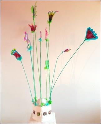 Blütenschön tanzen im lauen Sommerwind, 26 x 26 x 105 cm Karton, Gips, Acrylfarbe, Steine, Alufolie, Draht, Plastikfolie, Fotos, Faden, Papier,
