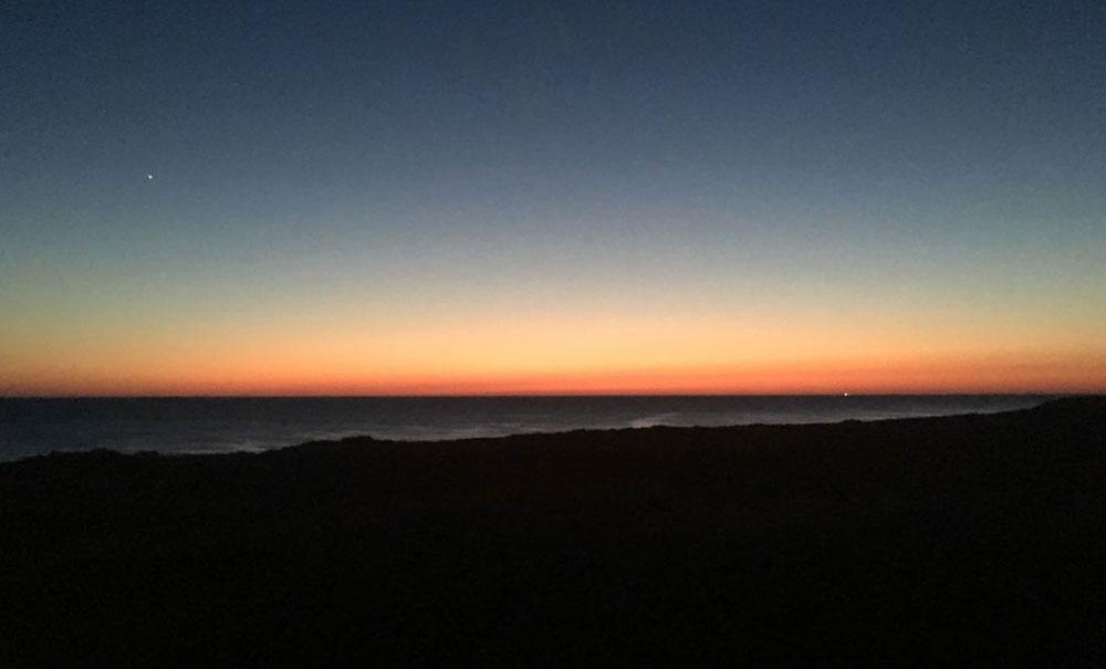 Der Blick aus dem Fenster am Abend