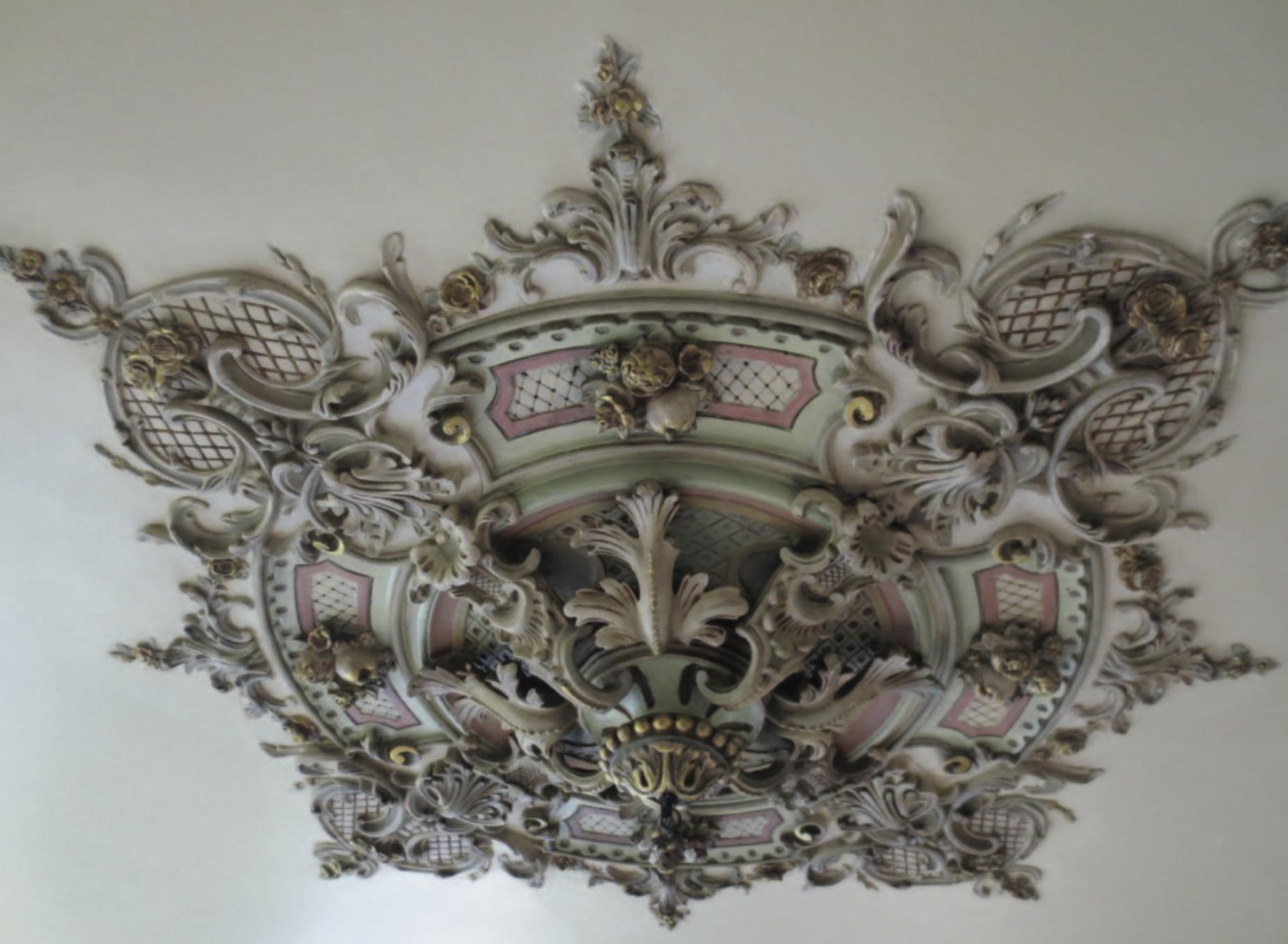 Ornamentenplafond in voormalig doktershuis