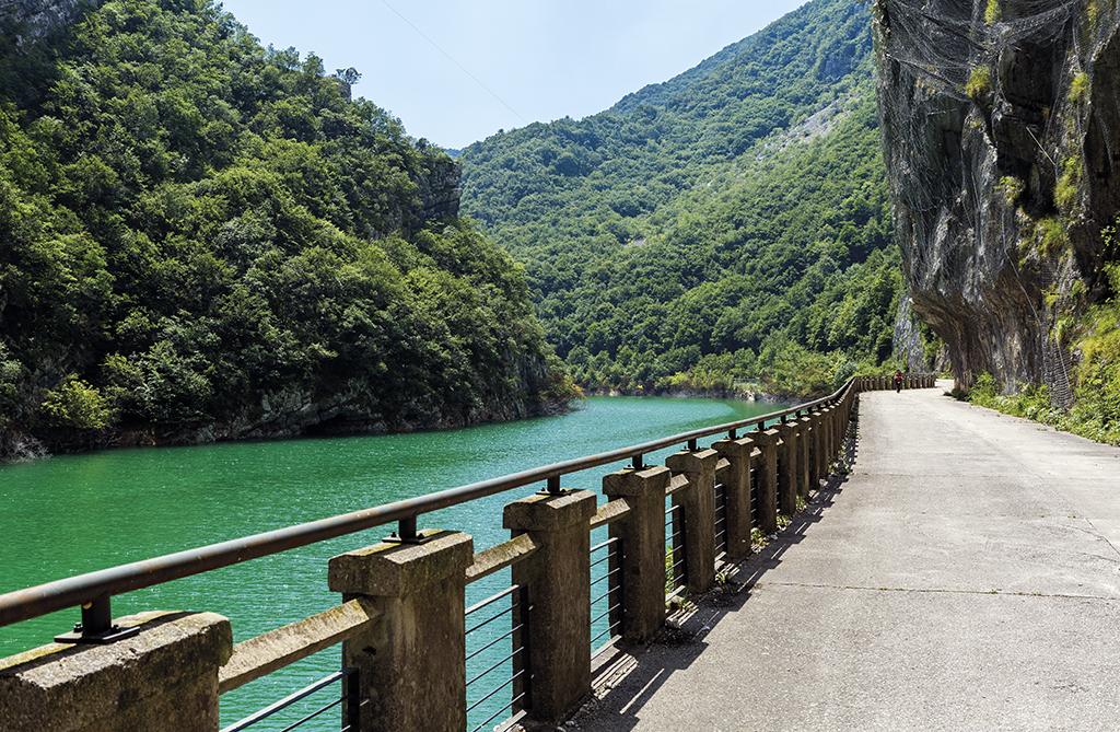 Strada vecchia della val Cellina e lago di Barcis