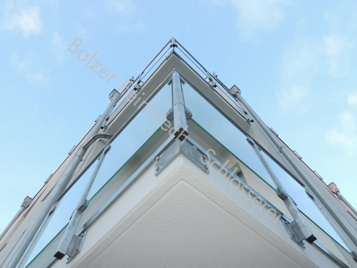 Stahlgeländer verzinkt mit Milchglas-Scheiben