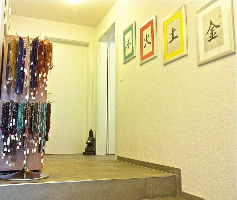Aus dem Wartezimmer, die Treppe hoch heisst Sie der Buddha gerne Willkommen im Behandlungsraum...