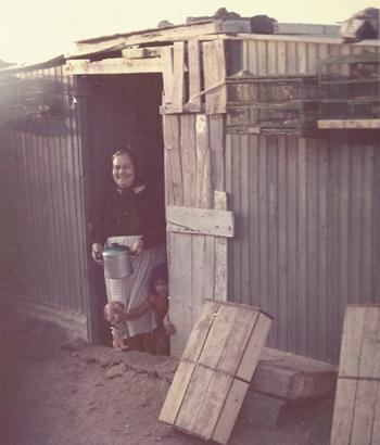 1960. Mi abuela y mi prima. Canarios al sol