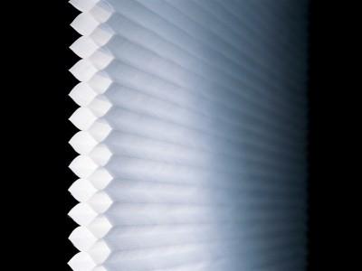 ハニカム構造で室内の空気を冷たい窓で冷やさない