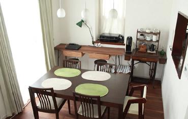 リビングと一体になったダイニング。壁側のテーブルはリフォーム端材を利用してご主人が自作されたものです。