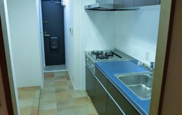 システムキッチンを一新 床をタイル調に変更