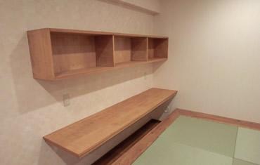 壁に作業テーブル 畳の小上がり 畳下に収納スペース