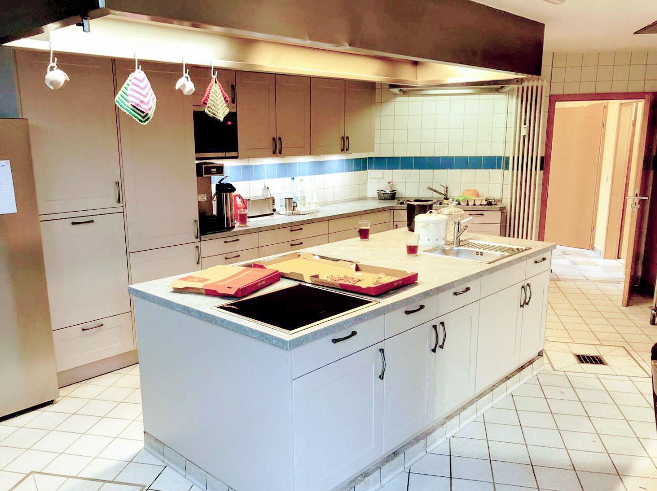 Komplett neue Küche mit Kochinsel