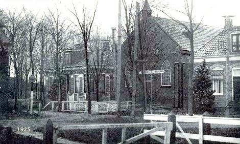 Kerk rond 1925. Links de pastorie, rechts de onderwijzerswoning