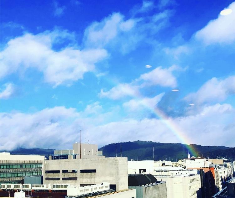 京都市下京区四条烏丸の心療内科、女医のいるメンタルクリニック、青空にかかる虹、レインボー
